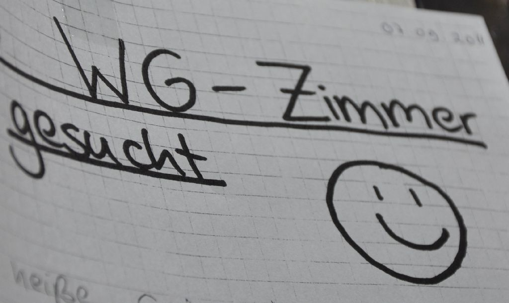 WG Zimmer gesucht and a smiley face written on paper